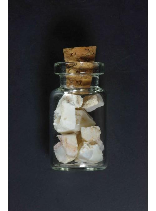 Neopracovaný drahý opál v lahvičce