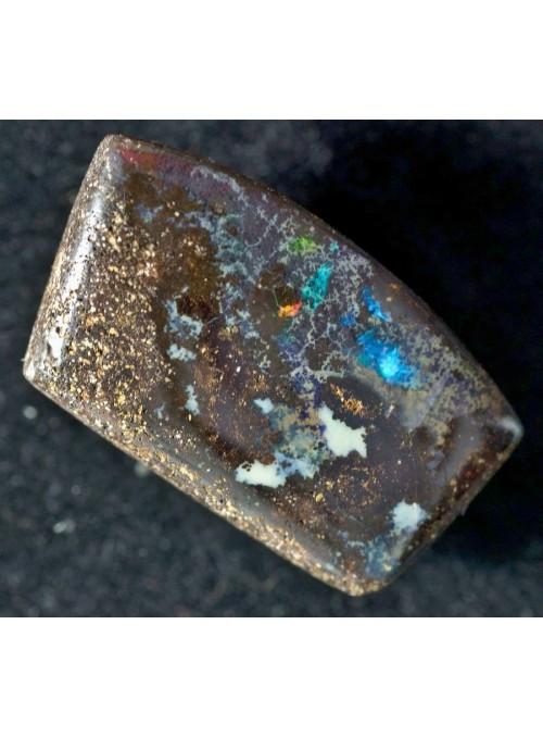 Boulder opál s krásnou barvoměnou