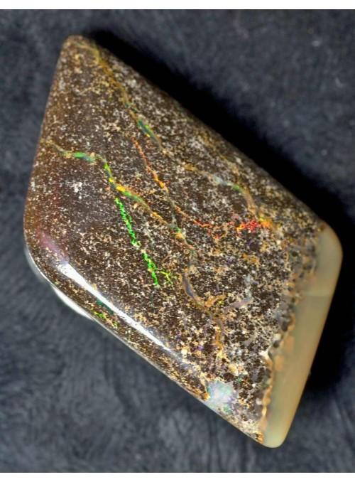 Boulder opál s barevnými žilkami 18ct